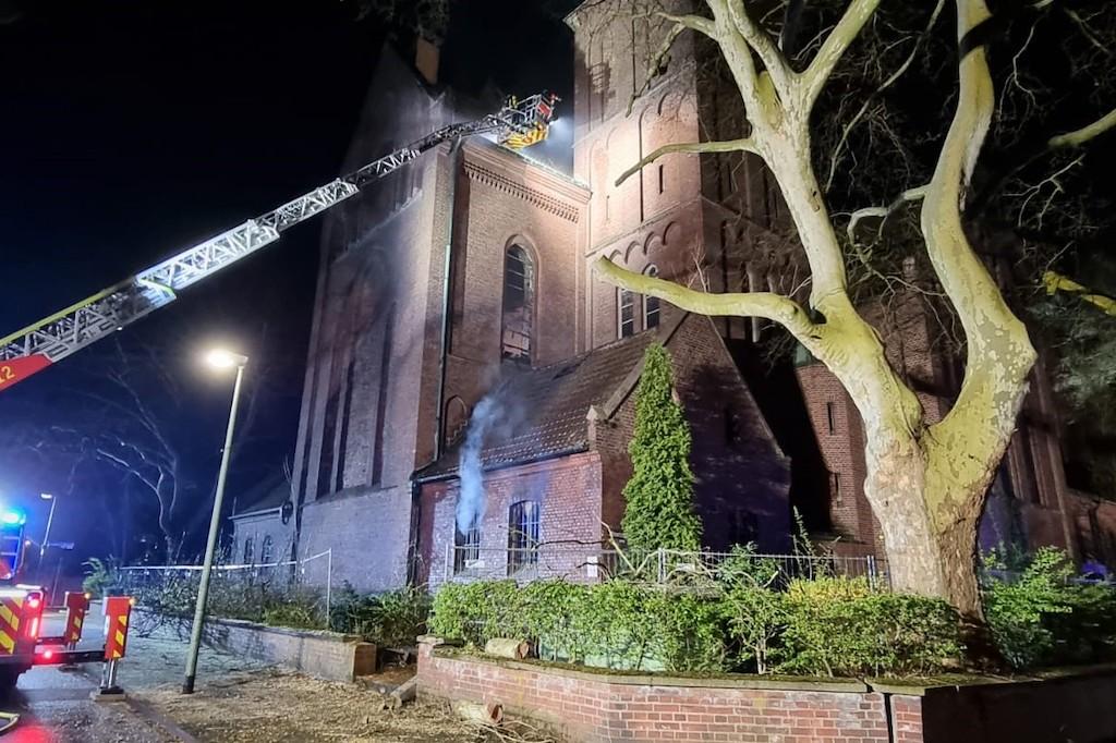 Nach einem Brand in der Kirche St. Mariä Himmelfahrt in Gelsenkirchen-Rotthausen geht die Polizei von vorsätzlicher Brandstiftung aus.