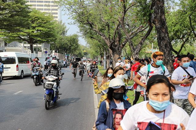 """Yangon –Die katholische Bischofskonferenz von Myanmar hat den Beschuss der Herz-Jesu-Kirche in der Stadt Kayanthayar, bei dem am Pfingstmontag vier Menschen starben, scharf verurteilt. Es handele sich um einen Angriff auf unschuldige Zivilisten, überwiegend Frauen und Kinder, die in der Kirche Schutz gesucht hätten, heißt es in einem von Kardinal Charles Bo, dem Erzbischof von Yangon, unterzeichneten Protestschreiben (Dienstag). Neben den vier Todesopfern und acht Verwundeten habe das Gotteshaus durch den Beschuss mit schweren Waffen starke Schäden erlitten, so der Präsident der Bischofskonferenz. Er blicke """"mit großer Sorge und Schmerz"""" auf diese Entwicklung im Kriegsgebiet, betonte Bo."""