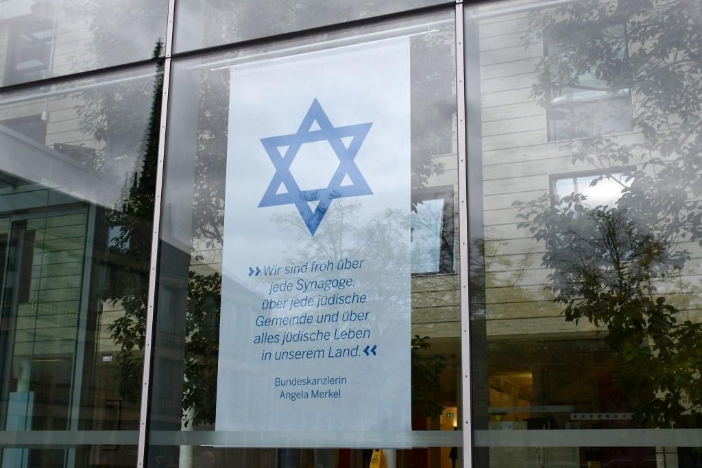 Münster/Gelsenkirchen. Nachdem am Mittwochabend (12. Mai) rund 180 Menschen vor der Gelsenkirchener Synagoge demonstriert und in Sprechchören judenfeindliche Parolen skandiert haben, hat Regierungspräsidentin Dorothee Feller die jüdische Gemeinde ihrer Solidarität versichert.