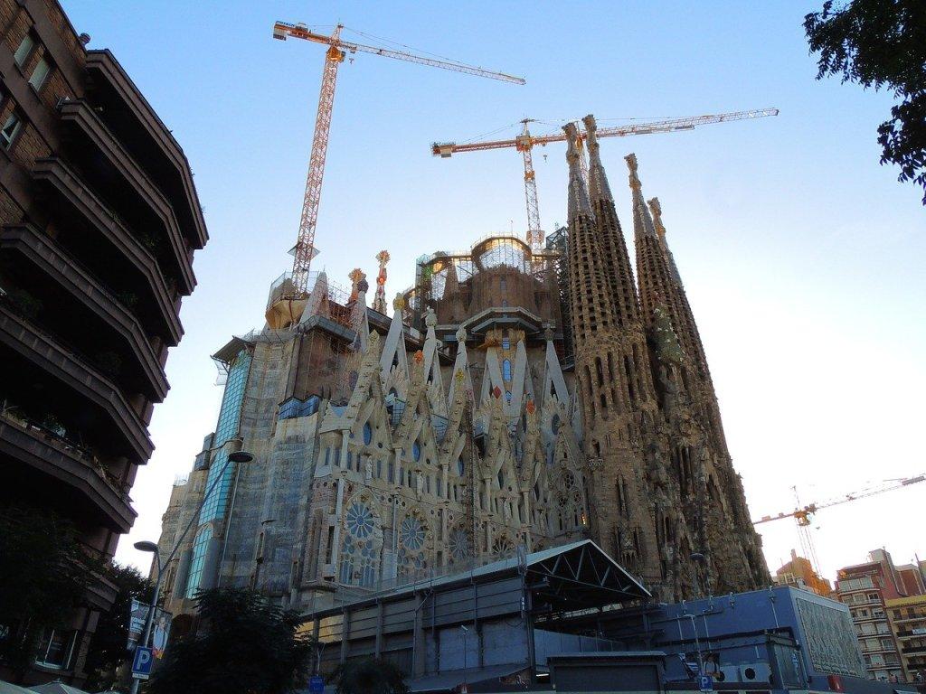Barcelonas weltberühmte Kirche Sagrada Familia wird wegen der Corona-Pandemie definitiv nicht wie geplant zum 100. Todestag ihres Architekten Antoni Gaudi 2026 fertig.