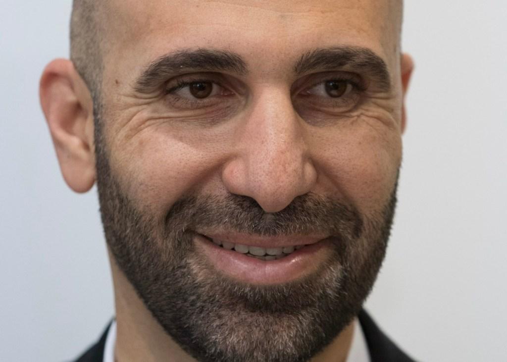 """Berlin –Der Psychologe und Islamismus-Experte Ahmad Mansour ruft den Westen auf, die Taliban, den Islam und die Entwicklungen in der Arabischen Welt realistischer zu betrachten als bisher. In einem Gastbeitrag für die """"Welt am Sonntag"""" schreibt er, Unwissen über Kultur, Mentalität, Werte und Glauben, """"gepaart mit abendländischem Wunschdenken, Naivität und latenter Hochnäsigkeit"""" hätten zu einer """"Bevormundung des Morgenlands durch das Abendland"""" und zu falschen Einschätzungen von Entwicklungen geführt."""