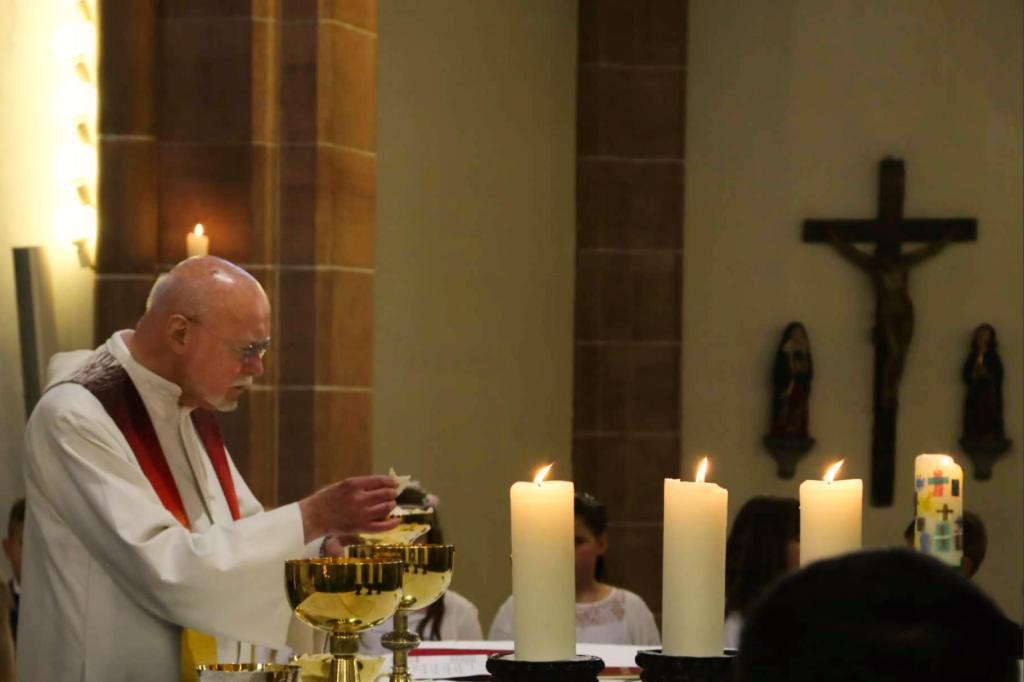 Trauer um Hermann Zimmermann. Der Priester ist am heutigen Dienstagabend im Alter von 86 Jahren verstorben, wie Pfarre St. Urbanus in Gelsenkirchen Buer mitteilte.