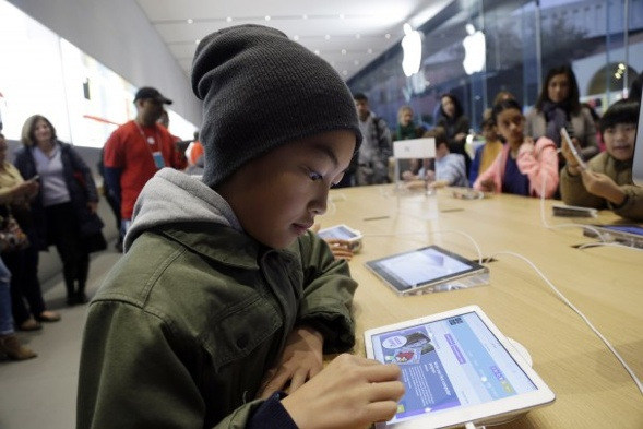 Dec. 11, 2013 Tyson Navarro, 10, learns to build code using an iPad at a youth workshop at the Apple store in Stanford, Calif. Through its Web site, Hour of Code offers lessons in computer coding that are aimed at every age group and accessible on a range of devices, from tablets to desktops. Apple and Microsoft have been hosting free Hour of Code sessions at their stores across the country. Foto: Marcio Jose Sanchez / AP