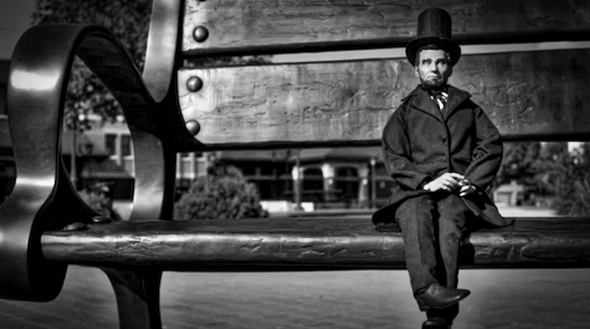 Mini Abe ruht sich auf einer Bank sonstwo in Illinois aus