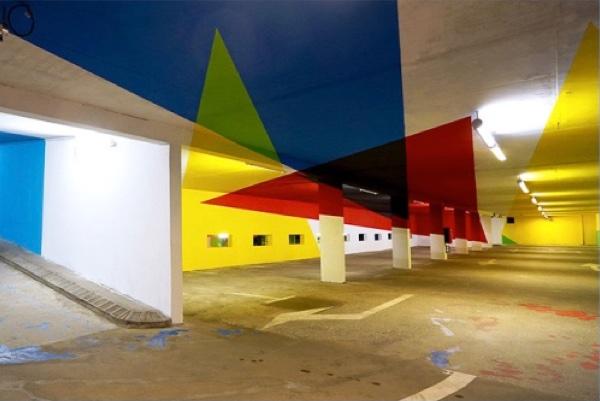 Ein Parkplatz in der Saint-Gervais Mont-Blanc-Region Frankreichs hat den argentinischen Künstler Elian Chali die Architektur desPlatzes als immersives räumliche Gemälde interpretiert.