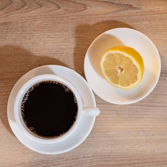 schwarzer Kaffee mit Zitrone gegen Kopfschmerz