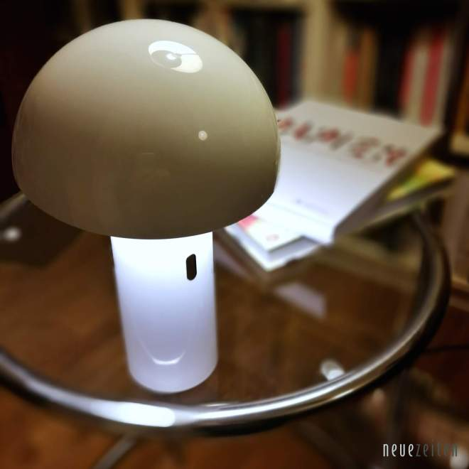 Produktbild - LED Tischleuchte Sompex Svamp - auf einem Couchtisch