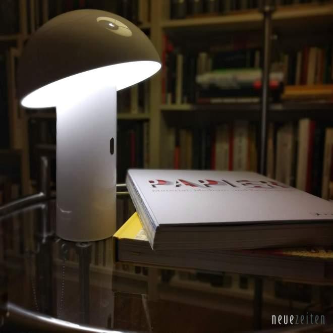 Produktbild - LED Tischleuchte Sompex Svamp - mit einem Buch