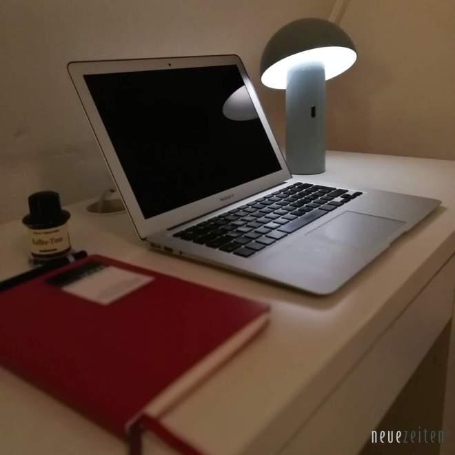 Produktbild - LED Tischleuchte Sompex Svamp - vor einem MacBook