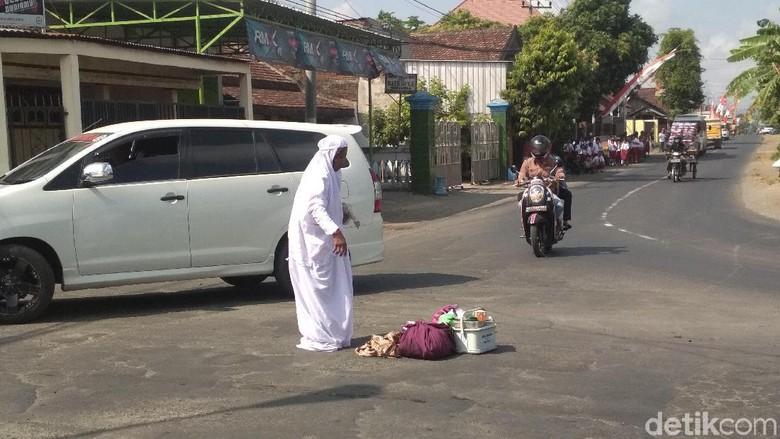 Kegilaan dalam agama - Sholat di jalan