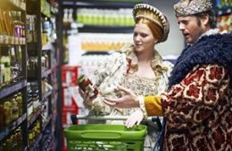 Photo of a woman and man dressed in Elizabethan costumes in a supermarket.