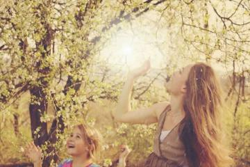 Image shows a mom and daugher in a park.