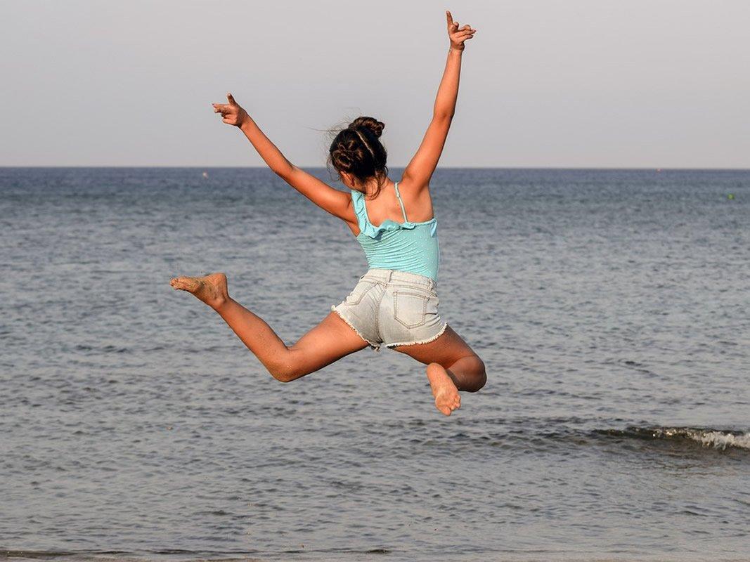 This shows a teenage girl at a beach