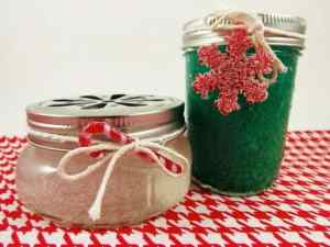 DIY Gel Air Fresheners for Christmas! |neveralonemom.com