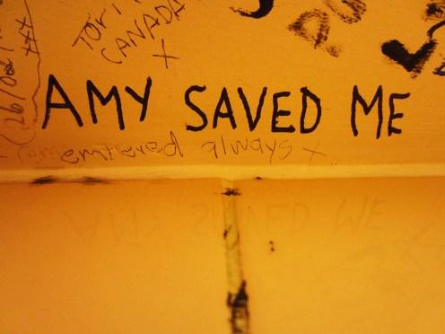 Homenagens nos banheiros do The Hawley Arms