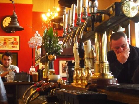 Balcão do The Hawley Arms - onde Amy costumava servir drinks