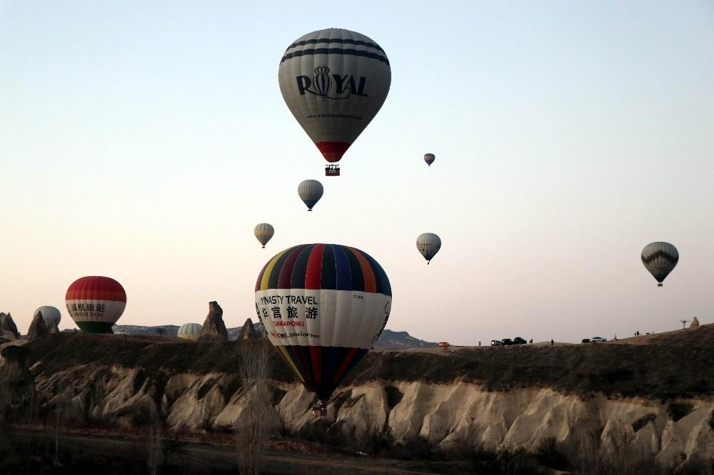 Kapadokya'da olumsuz hava şartları balon turlarını iptal ettirdi