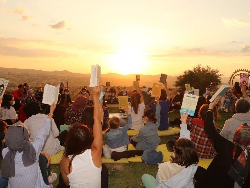 Kapadokya'da günbatımında kitap okuma etkinliği düzenlendi