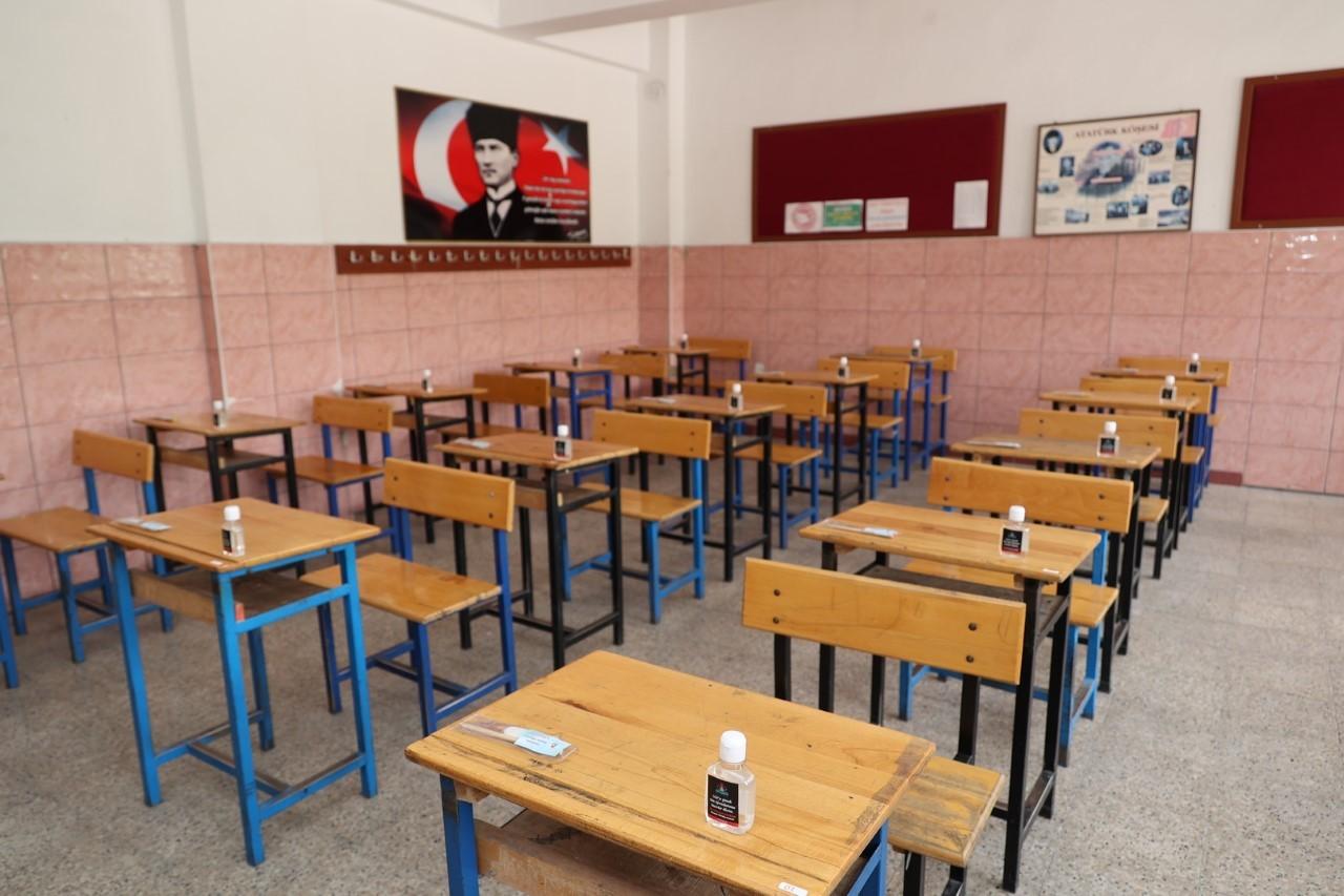 Nevşehir Belediyesi, LGS'ye girecek öğrencileri kırtasiye ve el dezenfektanı dağıttı