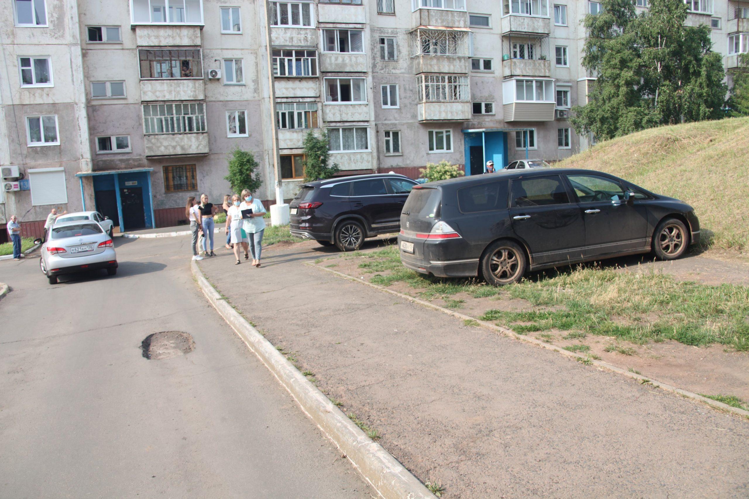 Машин не должно быть на газонах, тротуарах, детских и спортивных площадках