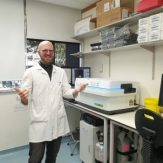 Kai Steinmetz in front of the Operetta high-content imaging system