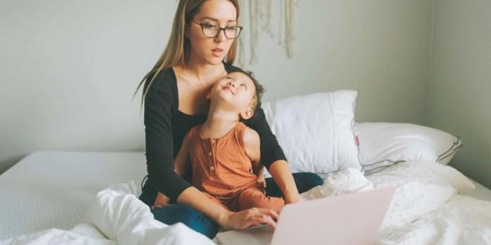 आज के 'मल्टी टास्किंग' माता-पिता बच्चों संग नहीं बिठा पा रहे तालमेल