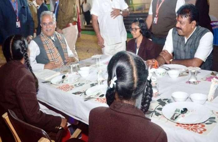 रायपुर : जब छात्र ने मुख्यमंत्री भूपेश से पूछ लिया-नेता बनने के लिए क्या-क्या जरूरी है ? सीएम ने दिया दिलचस्प जवाब