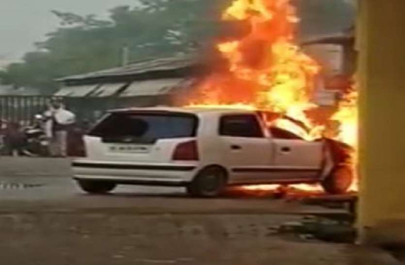 In Greater Noida, a moving car became a galaxy of fire again, the driver jumped and saved his life