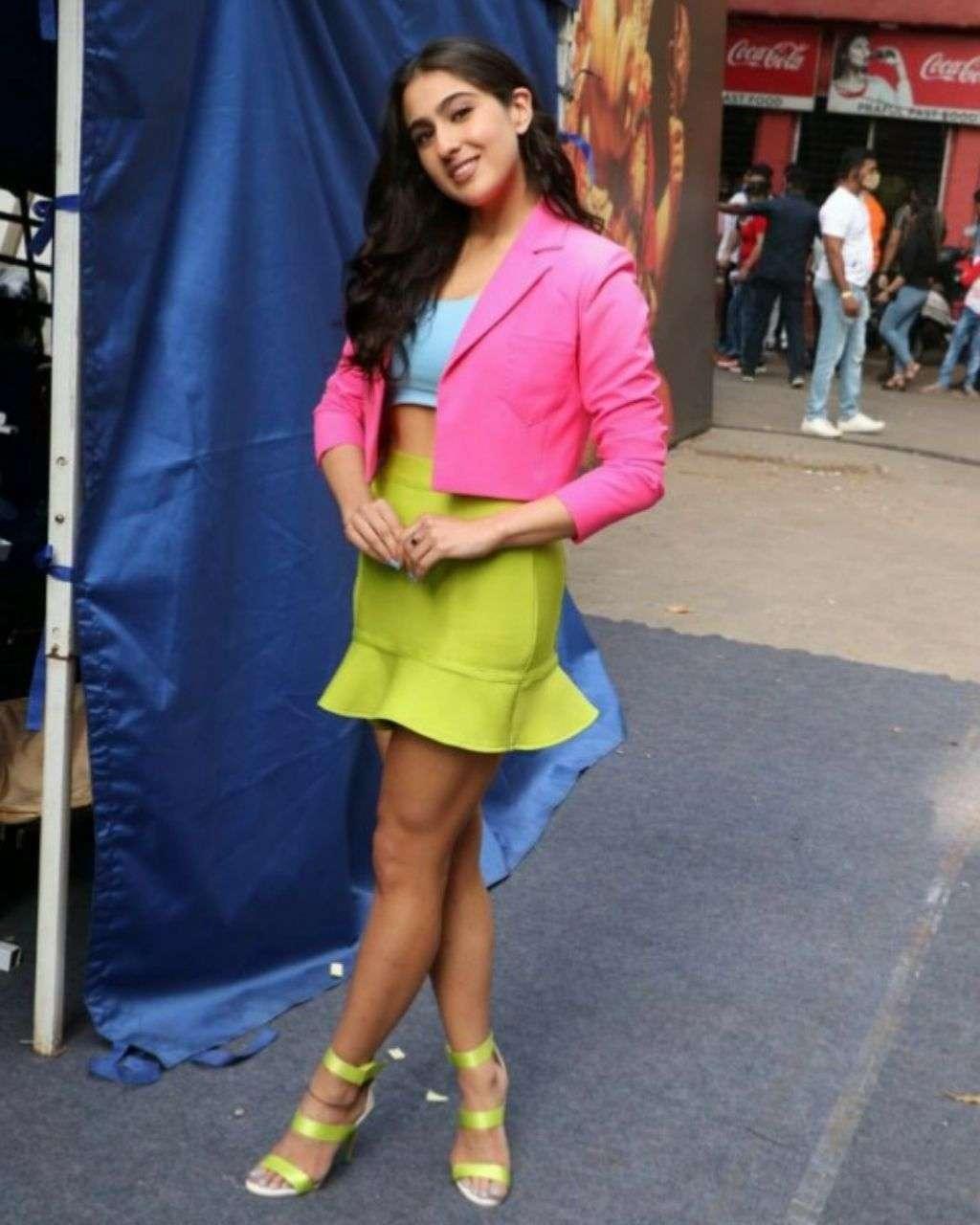 रंग-बिरंगे परिधान में नजर आई सारा अली खान, फैंस को पसंद आया यह अंदाज