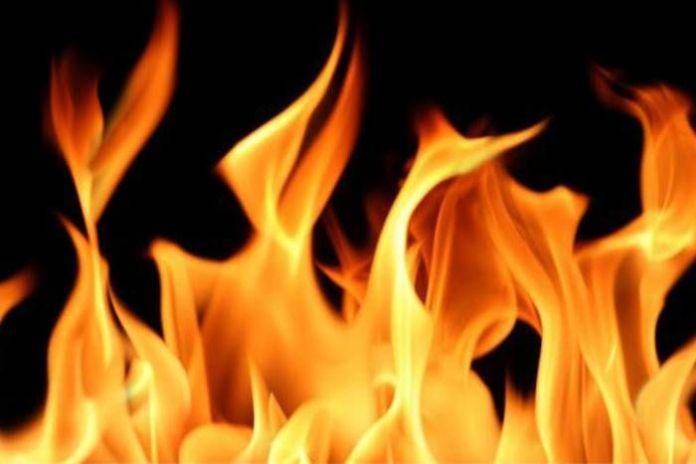 सिरफिरे आशिक ने देवर-भाभी पर पेट्रोल डाल लगाई आग