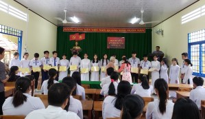 ヴォ・ティ・サウ高校奨学金授与式