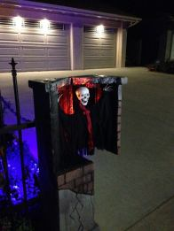 haunted-grounds-2016-skeleton-in-gate-post