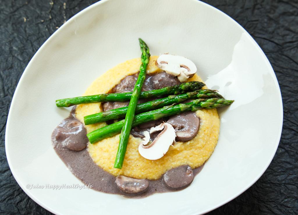 Von Natur aus glutenfrei ist Polenta hier als veganes Hauptgericht mit cremiger Pilzsauce