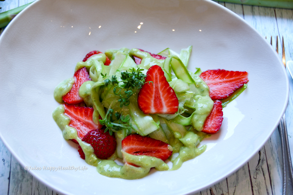 Perfekt für den Frühling ist Raw, veganer Grüner Spargelsalat mit Avocado Dressing