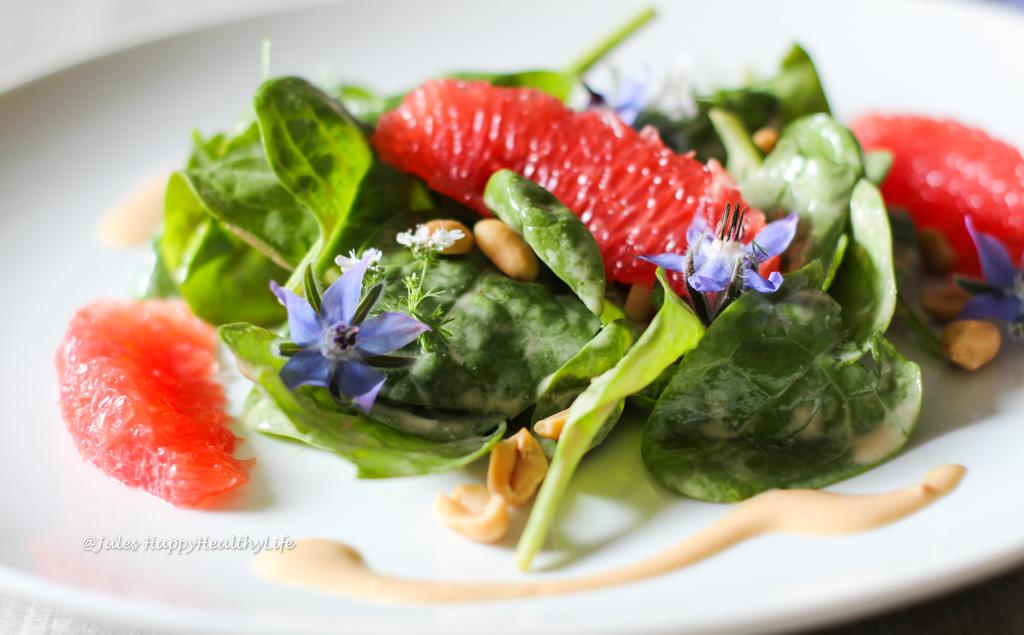 Sommerlicher Baby Spinat Salat mit Grapefruit und Erdnuss Dressing