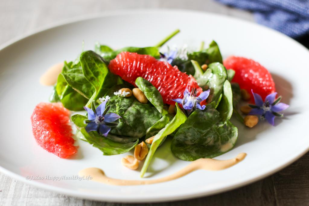 Baby Spinat Salat mit Grapefruit, Erdnüssen und Erdnuss Dressing