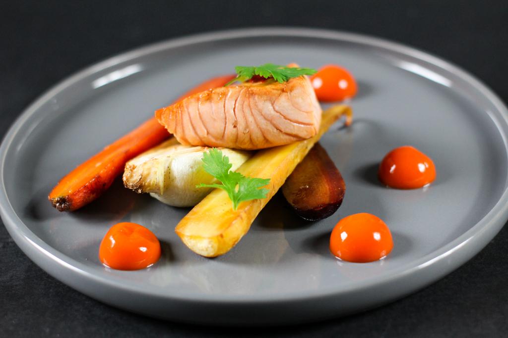 Hauptgericht mit Fisch - Glasierter Lachs mit Pak Choy, Karotten und Karotten Ingwer Lachs