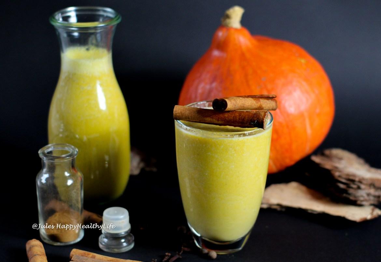 Selbstgemachter Pumpkin Spice Latte aus Kürbis Mandelmilch mit Gewürzen