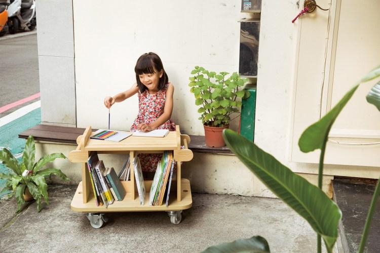 「Schola」是拉丁文「School學校」之意。「Kino Schola」是一座移動圖書館,隨時營造出一個屬於自己的讀書空間。