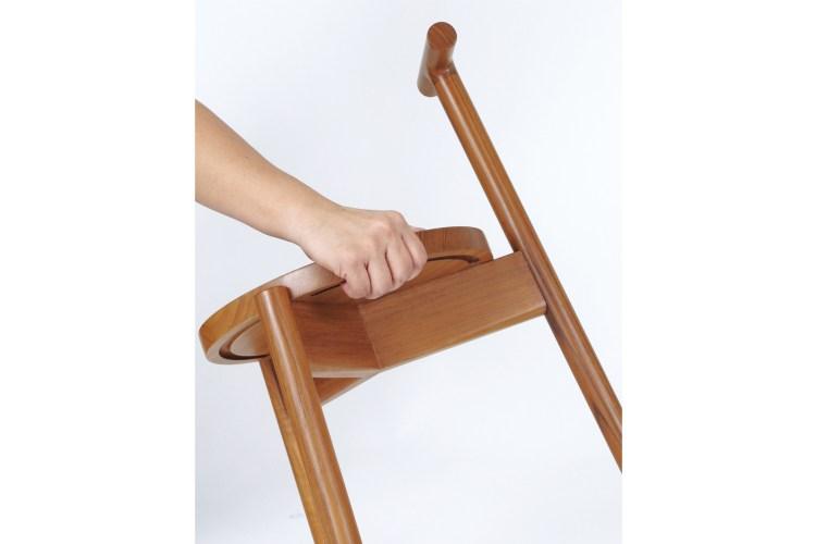 椅座凹槽讓水集中落下不會亂滴,也讓手更好握住椅座。