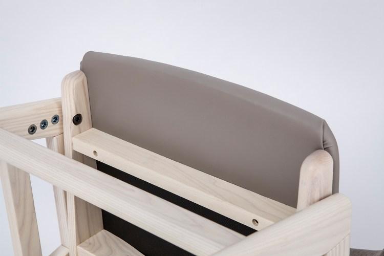 坐墊為抗菌特製塑膠皮料材質,背面無縫的細心製作,不怕椅墊背面弄髒難清理。