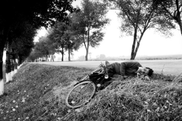 Cycliste endormi, Moldavie, 1990 © Anthony Suau / Black Star