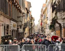 Crowds by the Spanish Steps (barricades for the marathon).