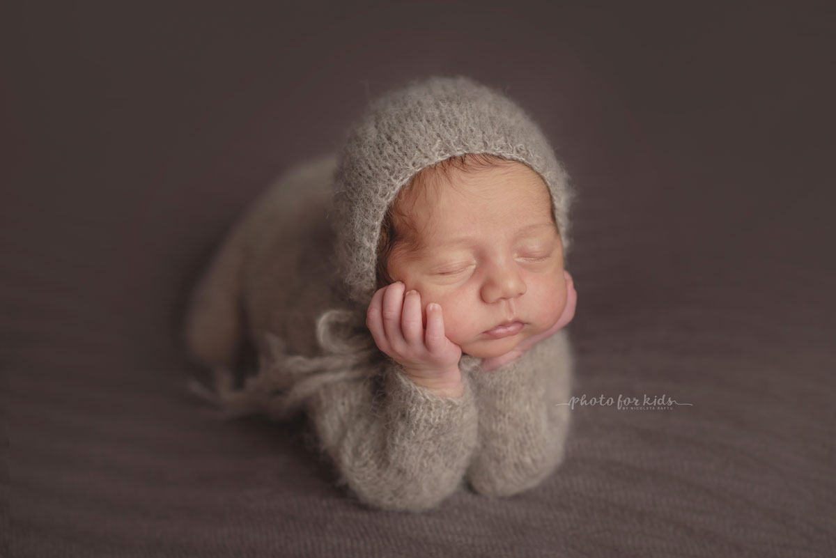 newborn poses during a photo session in a photography workshop by Nicoleta Raftu