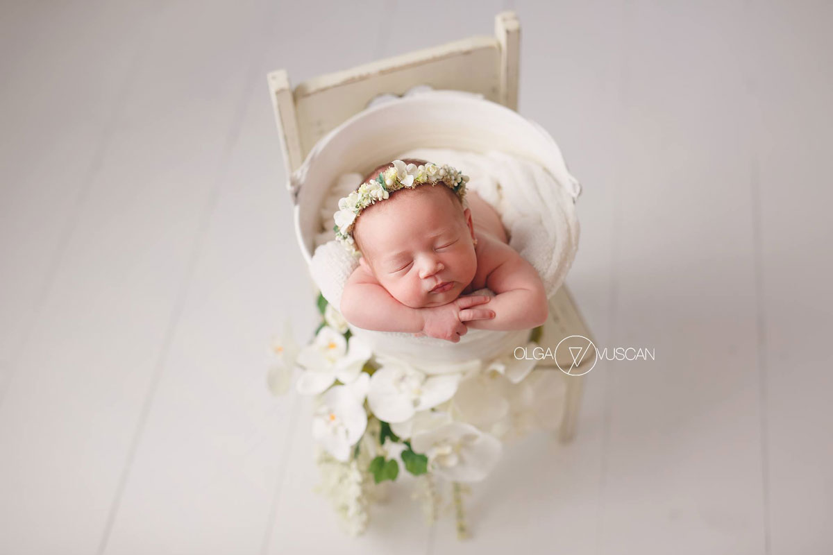 Olga Vuscan New Born Photographer for Workshops by Camen Bergmann Studio new born girl with white flowers on her head sleeps