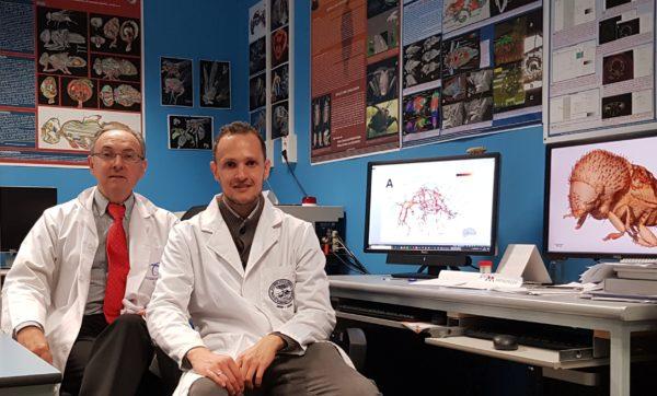 El profesor Javier Alba-Tercedor, junto a Ignacio Alba-Alejandre en el laboratorio