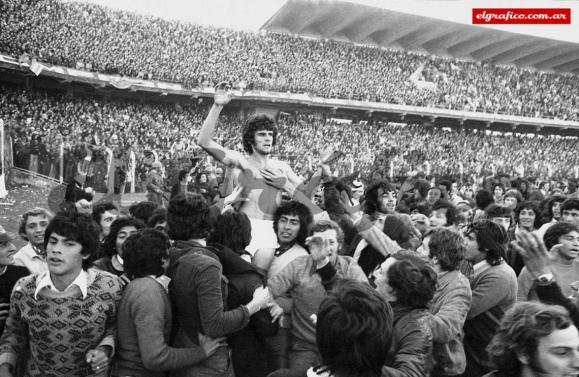 Newell's Old Boys hoist their heroes high in the air at the Gigante de Arroyito in 1974.