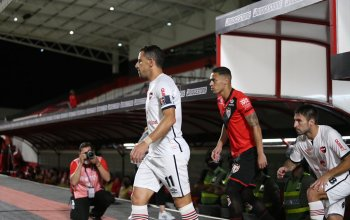 Maxi Rodríguez leads out Newell's in the Copa Sudamericana