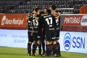 Newell's celebrate Maxi Rodriguez's goal against Sarmiento