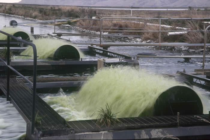 Air mengalir deras